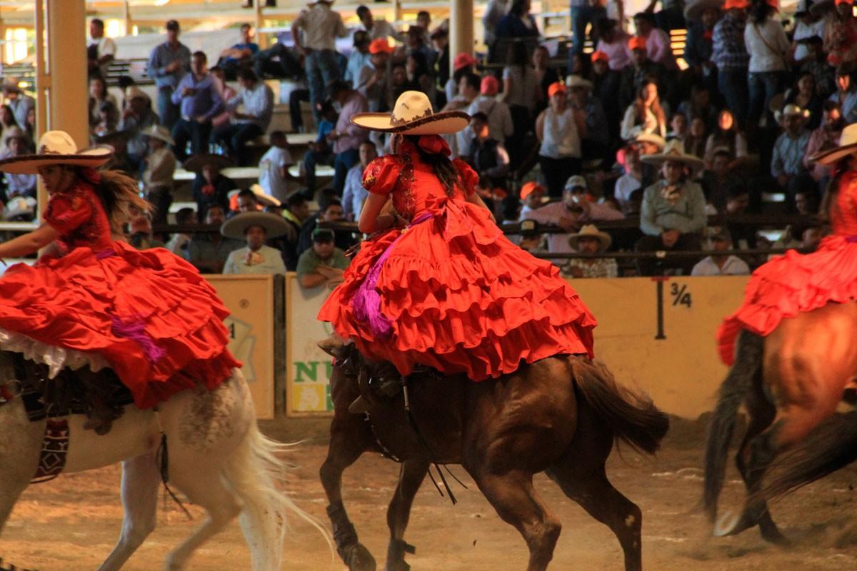 Entre caballos y listones, conoce las diferencias del vestido de escaramuza y el traje de listones de Jalisco